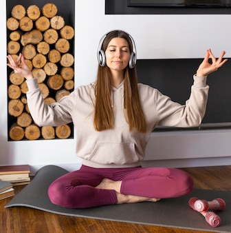 Полный выстрел женщина медитирует