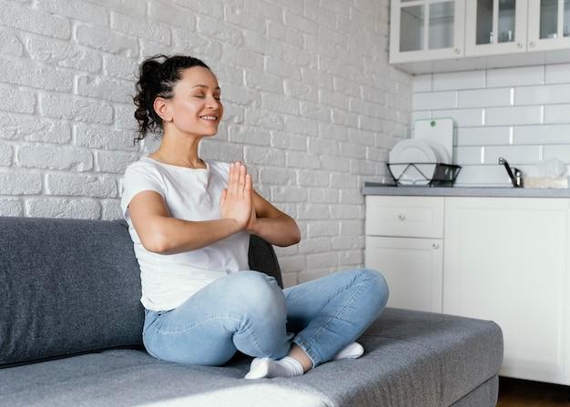 瞑想するフルショットの女性
