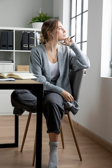 椅子の思考のフルショットの女性