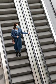 계단에 전체 샷된 여자