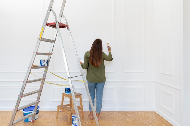フルショットの女性の絵画の壁