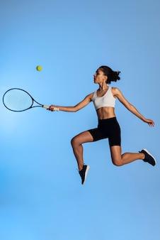 테니스를 치는 전체 샷 여자