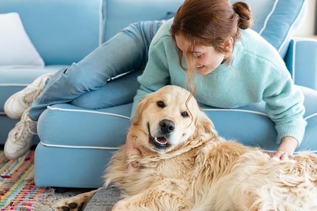 Полный снимок женщины, играющей с собакой