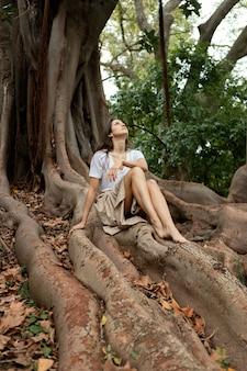 森でポーズをとるフルショットの女性