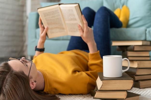 전체 샷 여자 읽기 책