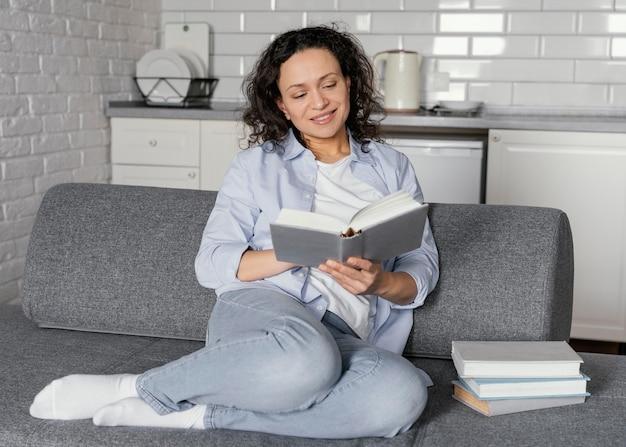 소파에 독서 전체 샷된 여자