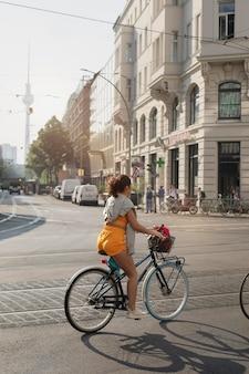 自転車に乗るフルショットの女性