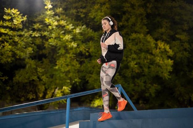 階段を駆け抜けるフルショットの女性