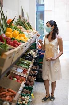 음식을 쇼핑하는 전체 샷 여성