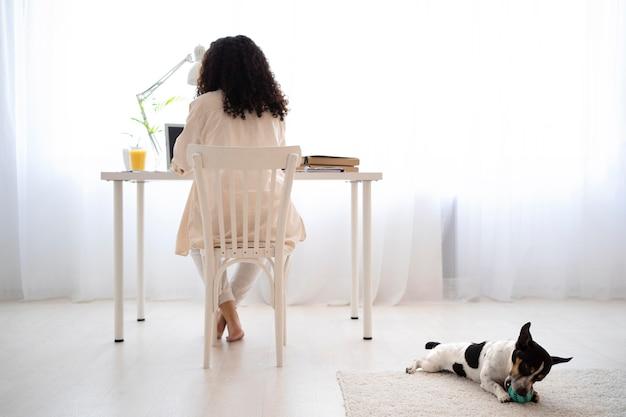 机に座っているフルショットの女性