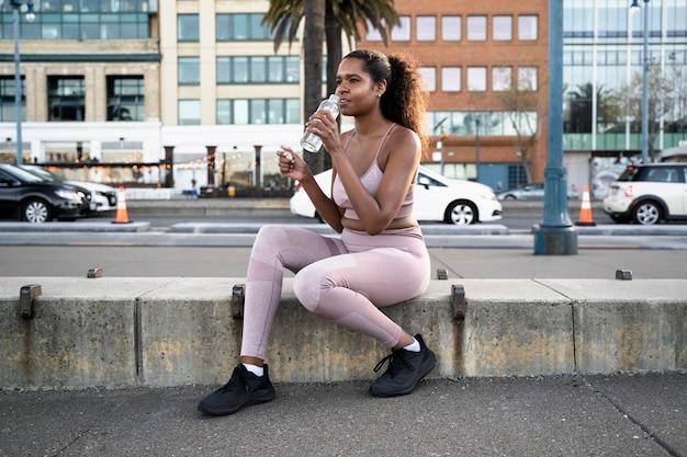 Полный снимок женщина, сидящая на открытом воздухе