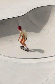 Donna a tutto campo su skateboard