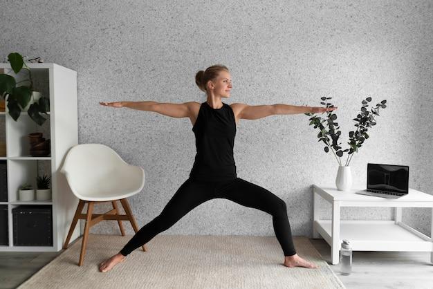 Женщина в полный рост в гостиной