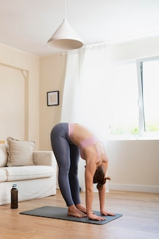 Полный снимок женщина, растяжка в помещении