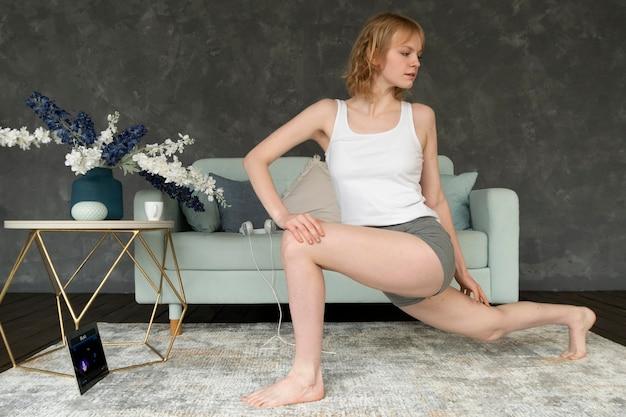 脚を伸ばすフルショットの女性