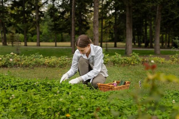 정원을 돌보는 전체 샷 여성