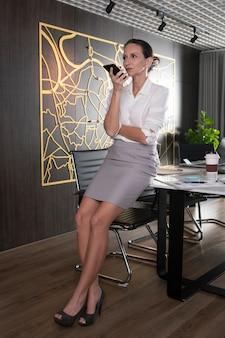 電話で話しているフルショットの女性