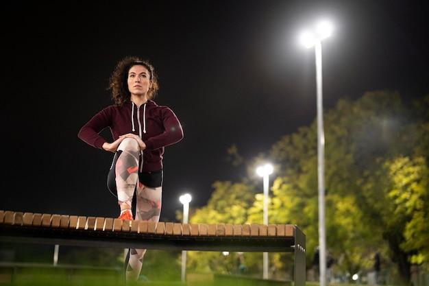 夜間のフルショット女性トレーニング