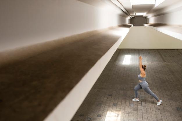 屋内でトレーニングするフルショットの女性