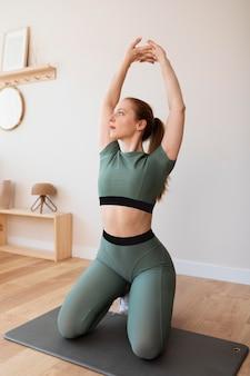 Полная тренировка женщины на коврике