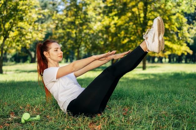 屋外でトレーニングするフルショットの女性