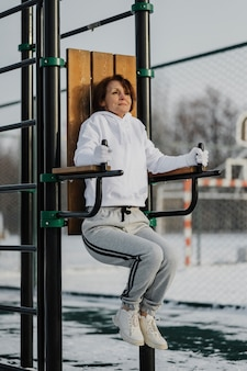 Полный кадр тренировки женщины на открытом воздухе