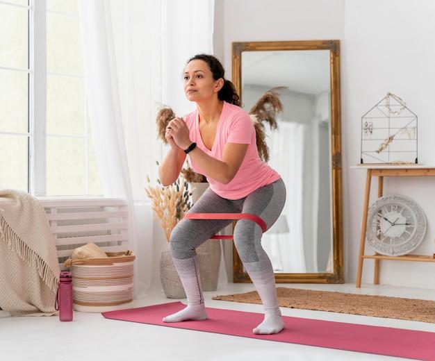 Полная тренировка женщины с лентой сопротивления