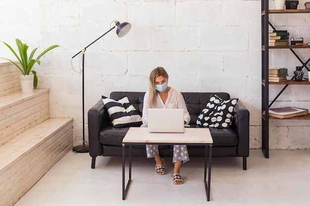 ノートパソコンで入力するフルショットの女性
