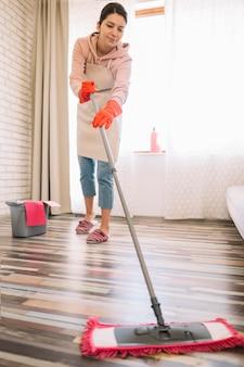 Donna a tutto campo con mop