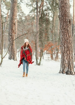 Полный снимок женщины, идущей в лесу