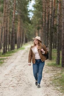 자연 속에서 걷는 전체 샷된 여자
