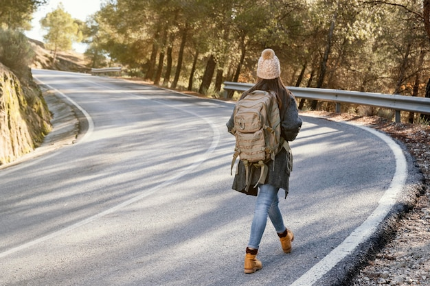 Полный выстрел женщина идет по дороге