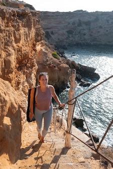 階段を歩くフルショットの女性