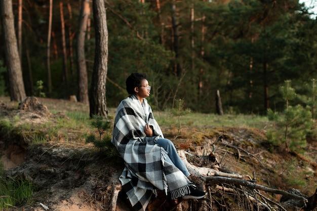 毛布でフルショットの女性