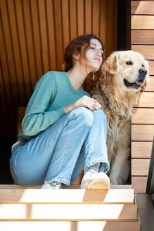 Полный выстрел женщина с милой собакой
