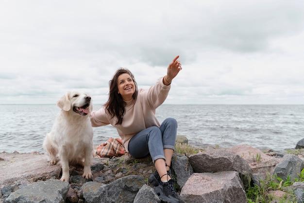 Полная женщина выстрел с милой собакой