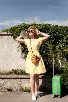Полная съемка женщина с платье позирует