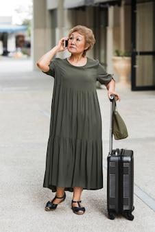 荷物を持つフルショットの女性