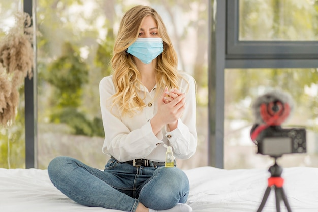 Donna della foto a figura intera con la mascherina medica