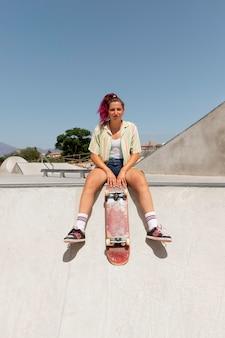 스케이트 보드와 함께 전체 샷 여자