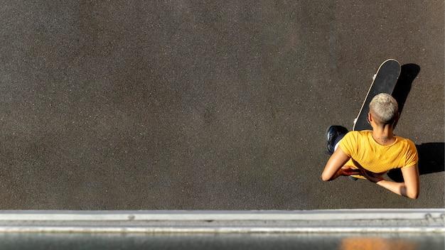 スケートボードでフルショットの女性
