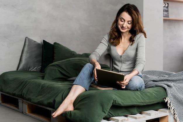 침대에서 태블릿 전체 샷 여자