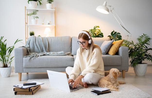 Donna a tutto campo che lavora a casa Foto Gratuite