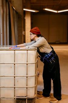 屋内で働くフルショットの女性