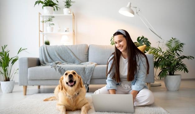 Donna a tutto campo che lavora con il cane