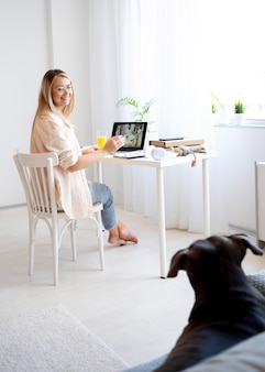 犬と一緒に働くフルショットの女性
