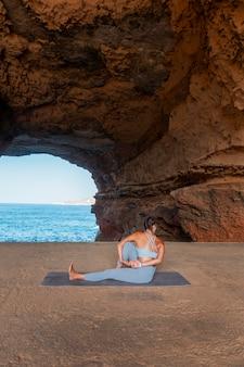 Posizione di yoga della donna a tutto campo con vista