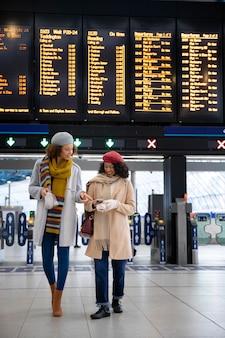 Donne a tutto campo in aeroporto