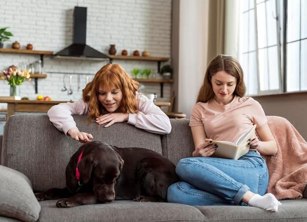 自宅でフルショットの女性と犬