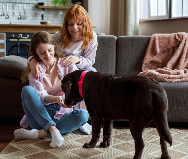 フルショットの女性と犬の屋内